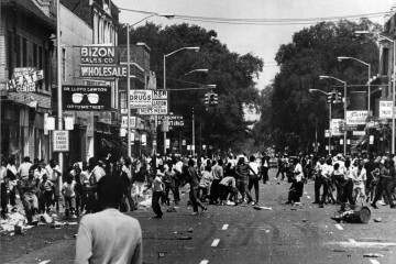 Black and white photo of crowds rioting in a Detroit street in 1967