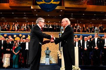 Semenza accepts Nobel Prize