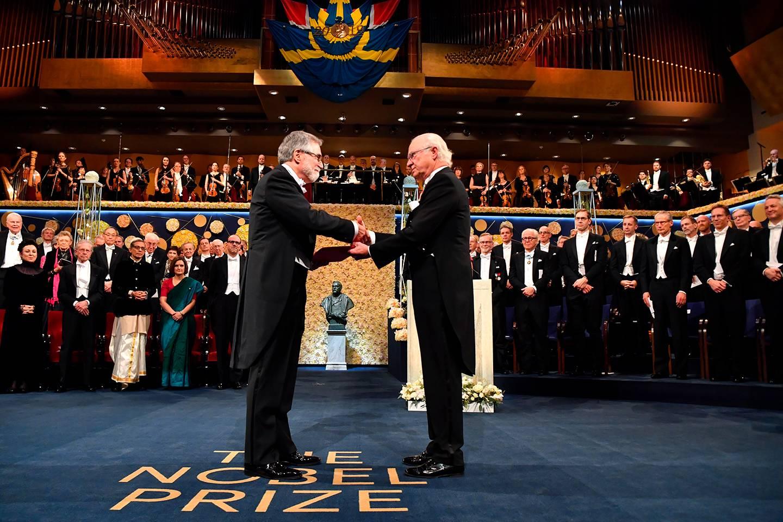 Gregg Semenza receives Nobel Prize from King Carl Gustaf of Sweden