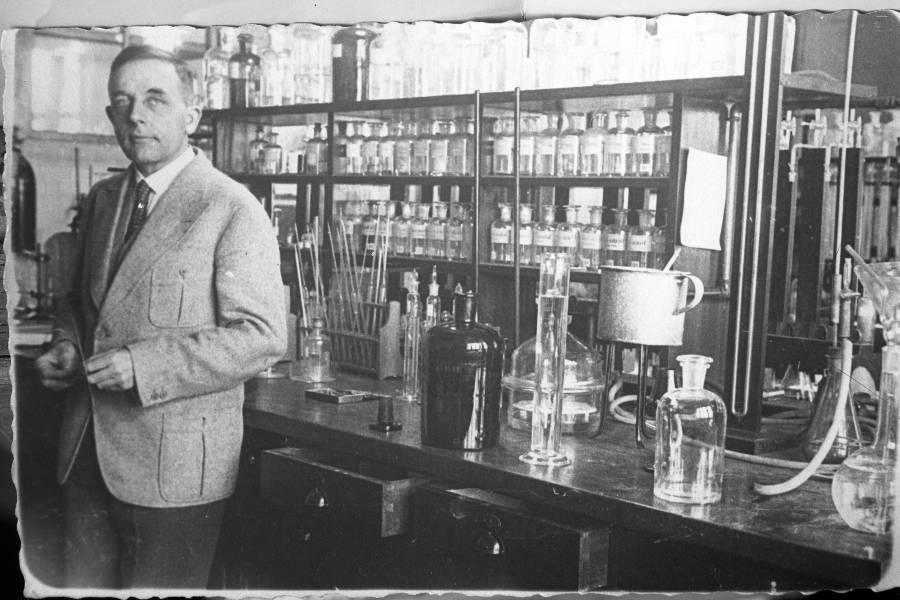Otto Warburg in the laboratory