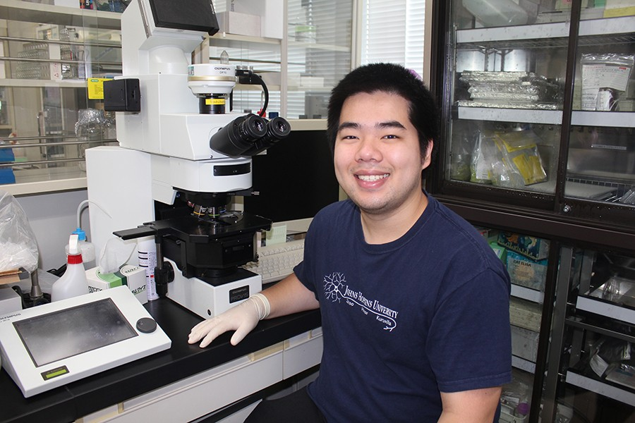 Duy Phan in neuroscience lab