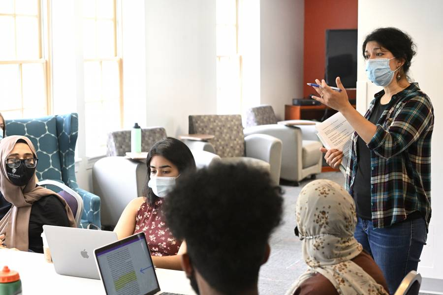 Homayra Ziad teaches a course for the Program in Islamic Studies